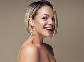 美しいイヤリングを探して素敵な女性の肖像画