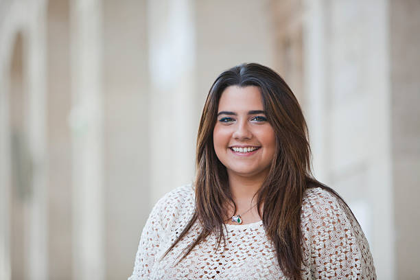 Portrait d'une femme souriante en excédent de poids - Photo