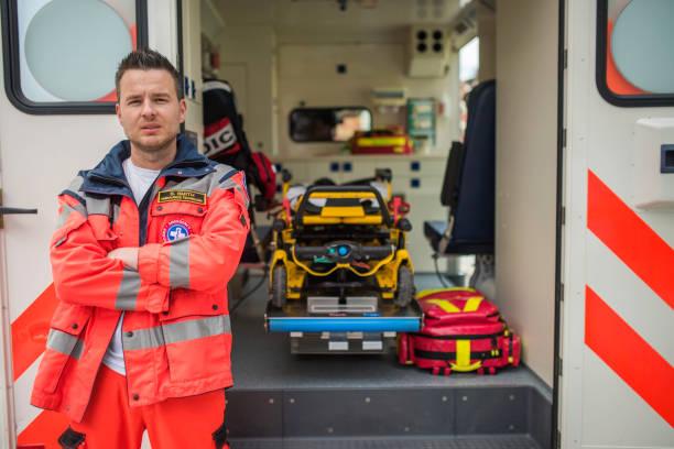 portrait d'un ambulancier - auxiliaire médical photos et images de collection