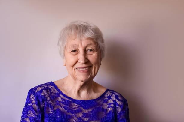 Porträt einer nachdenklichen Seniorin lächelnd – Foto