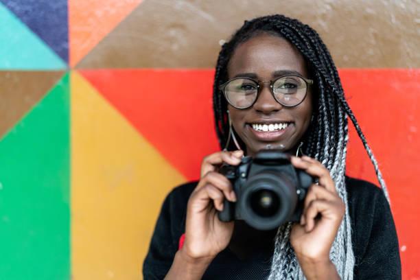 攝影師的肖像微笑與多彩的背景 - 藝術行業 個照片及圖片檔