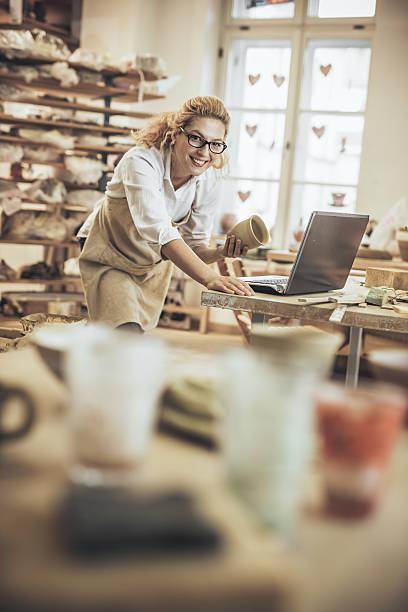 portrait of a Potter entrepreneur  in workshop – Foto