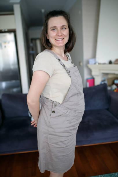 porträt einer schwangeren frau - latzhose für schwangere stock-fotos und bilder