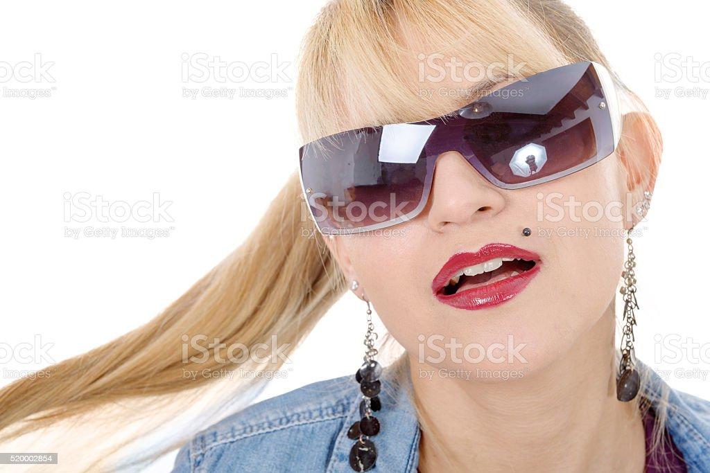fa1e9c62df6a2 Adulto, Cabelo Humano, Cabelo Louro, Etnia caucasiana, Face Humana. Retrato  de uma linda mulher loira em óculos de sol ...