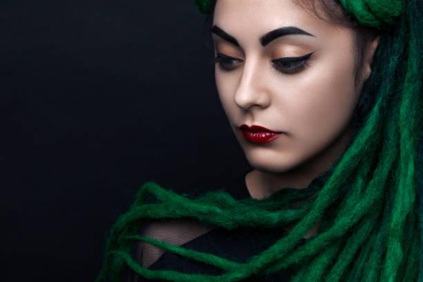 porträt eines hübschen mädchens mit langen grünen dreadlocks. - rote dreads stock-fotos und bilder