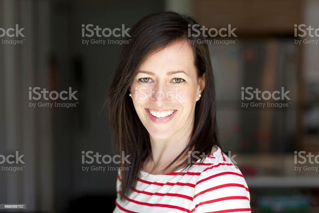 Portrait Of A Pretty Mature Woman Smiling At Home. photo libre de droits