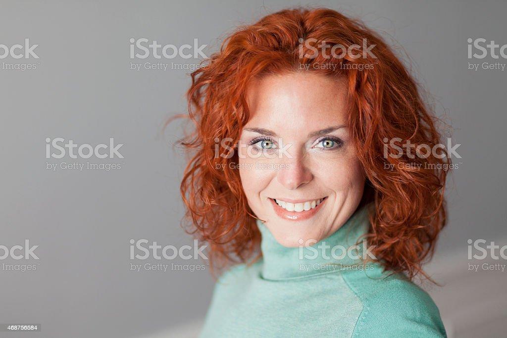 Retrato de una hermosa Mujer sonriendo - foto de stock