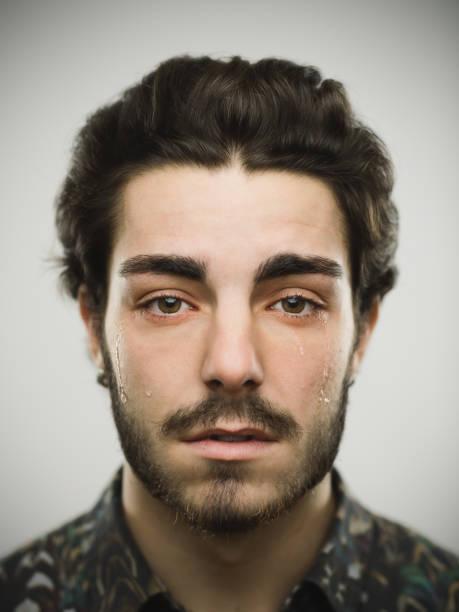 porträt eines echten weinenden mannes - träne stock-fotos und bilder