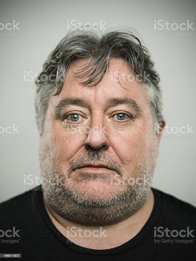 Portrait d'un homme à la recherche en anglais de caméra. - Photo