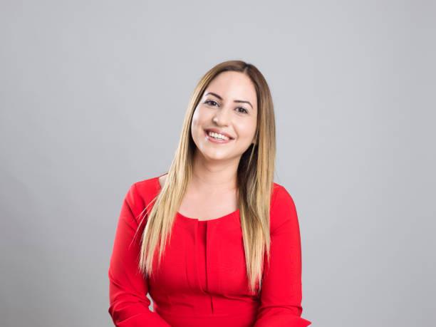portret van een echte jonge vrouw - turkse etniciteit stockfoto's en -beelden