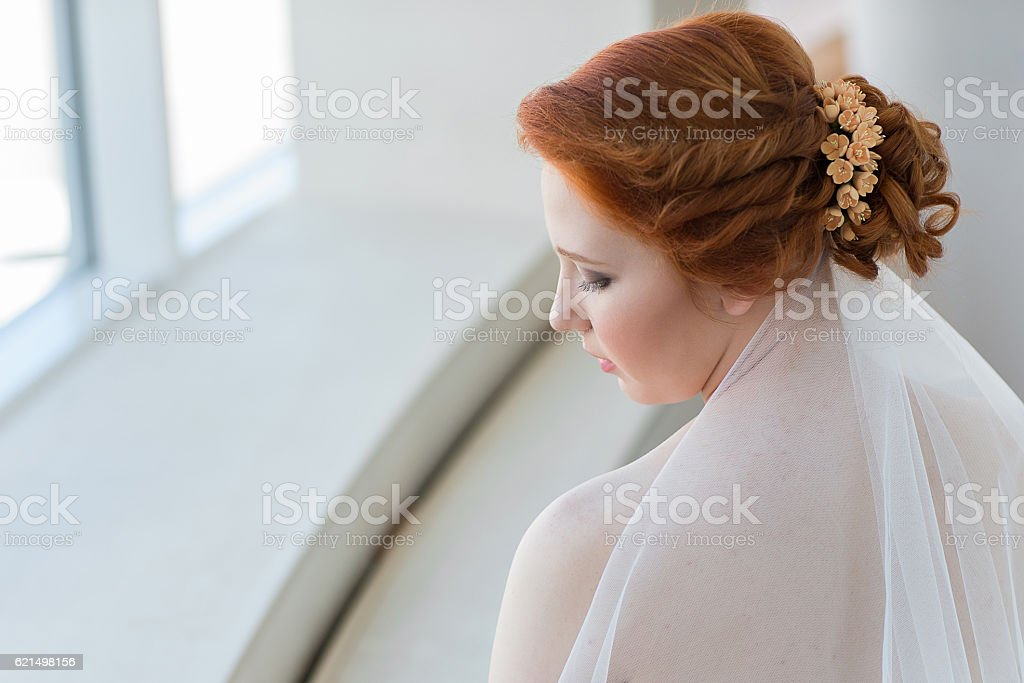 Portrait of a red-haired beautiful young bride photo libre de droits
