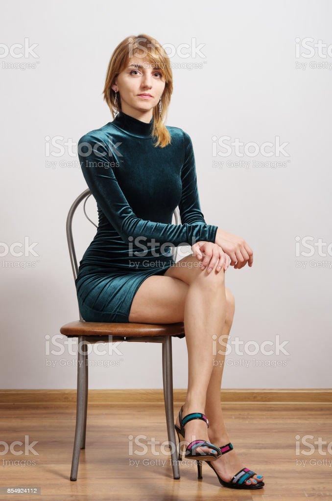 Retrato de uma menina ruiva com um vestido turquesa - foto de acervo