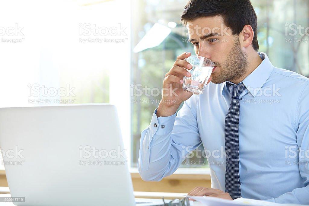 Porträt von entspannte junge Geschäftsmann sitzt im Büro – Foto
