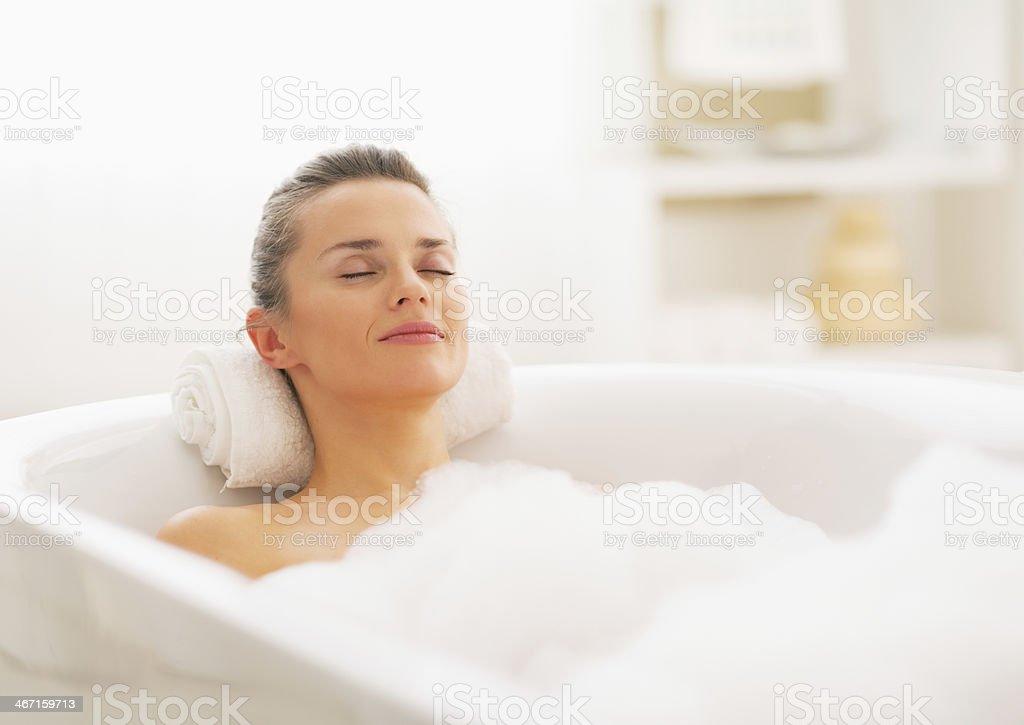 Glückliche junge Frau Entspannung in der Badewanne – Foto