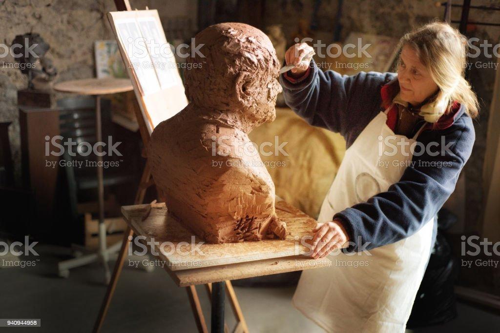 Porträt eines Bildhauers in ihrem Atelier, Provence – Foto