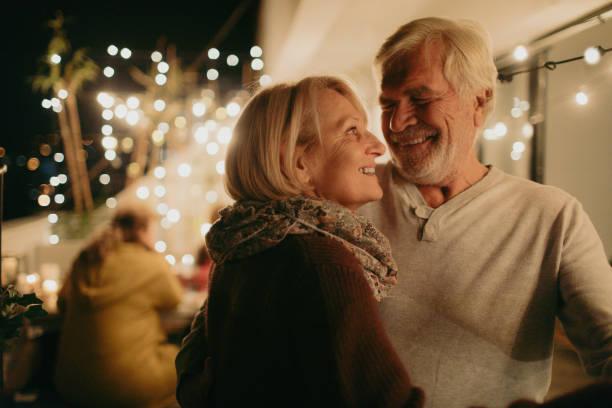 porträt eines älteren paares in liebe - romantisches picknick stock-fotos und bilder