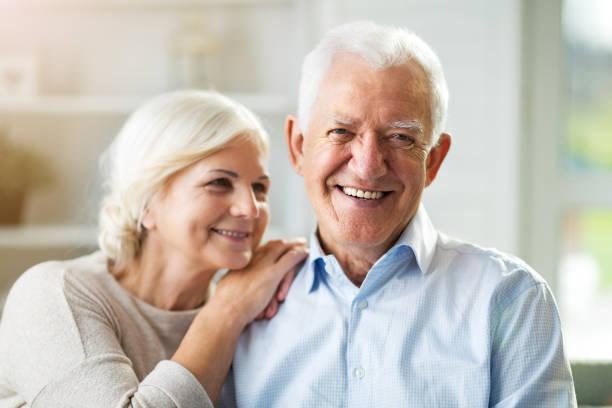 Porträt eines Seniorenpaares, das zu Hause entspannt – Foto