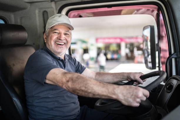 タクシーに座っているシニア男性トラック運転手の肖像画 - トラック運転手 ストックフォトと画像
