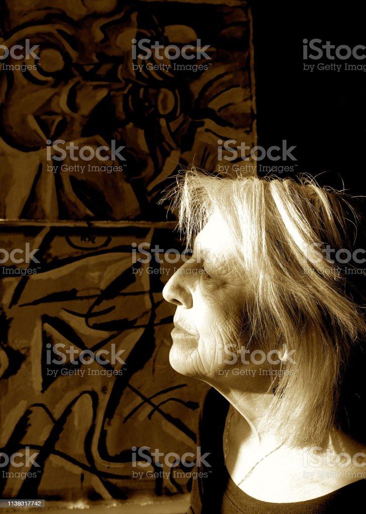 Porträt einer älteren Künstlerin – Foto