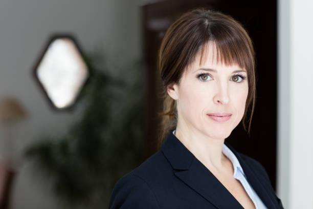 Porträt von Ernst in die Kamera schaut Geschäftsfrau – Foto