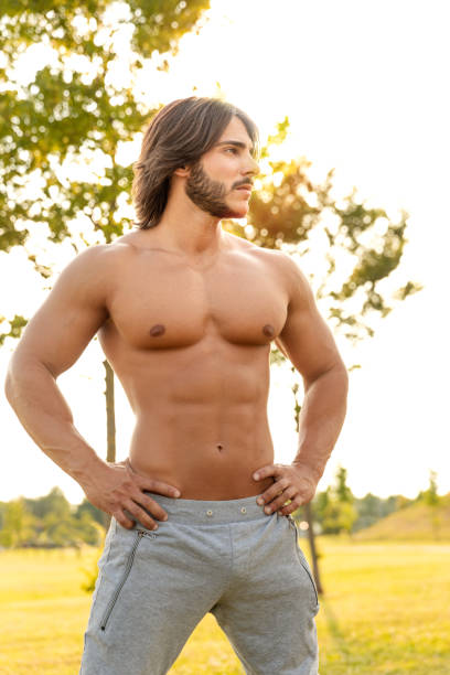 Porträt einer sexy jungen Mannes mit macho-Haltung – Foto