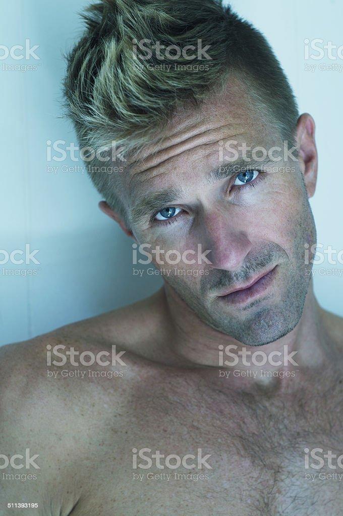 Porträt Des Nackter Oberkörper Mann Blaue Augen Blondes Haar Stock