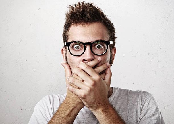 Porträt von überrascht junger Mann auf seinem Mund – Foto