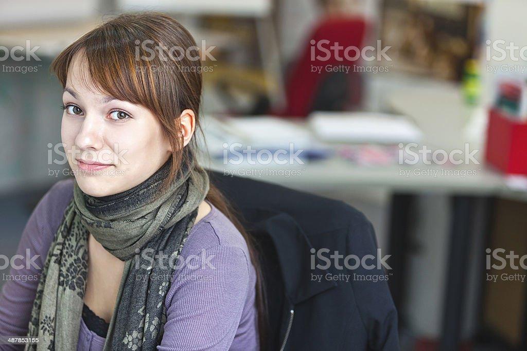 Porträt von smart eine hübsche Junge Frau in office – Foto