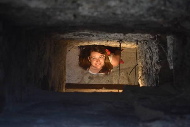 porträt von einem lächeln am ende eines tunnels, varenna, comer see, italien - tunnelkamin stock-fotos und bilder