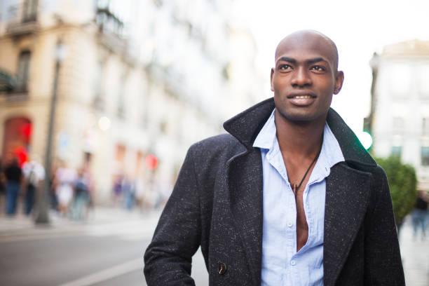 retrato de un sonriente hombre africano - símbolo sexual fotografías e imágenes de stock