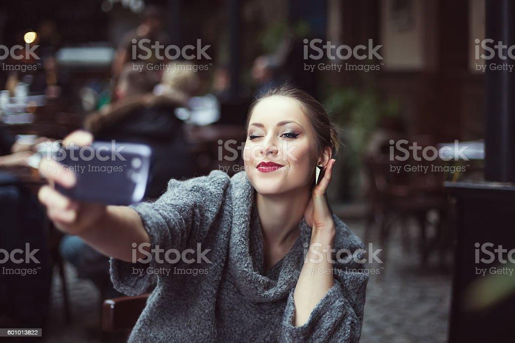 Portrait of a smiling beautiful young woman making selfie photo – Foto