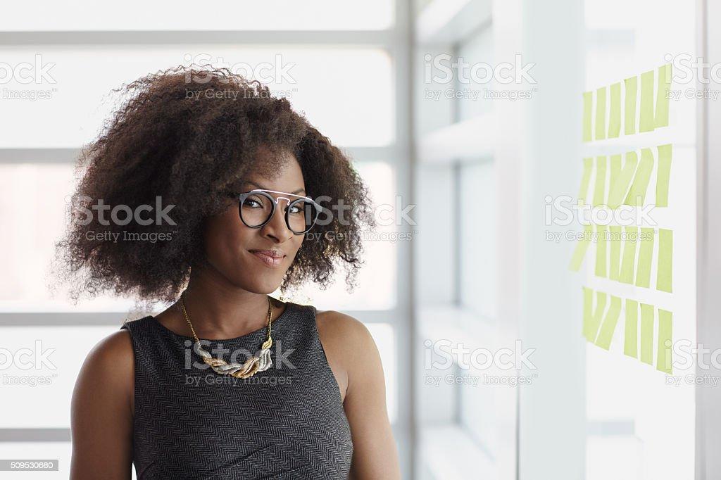 Portrat Von Lachelnd Businessfrau Mit Einem Afrofrisur In Stock