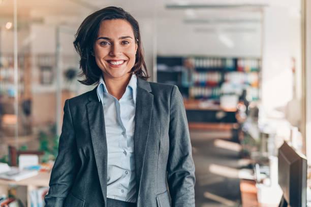 portrait of a smiling businesswoman - профессиональный портрет стоковые фото и изображения