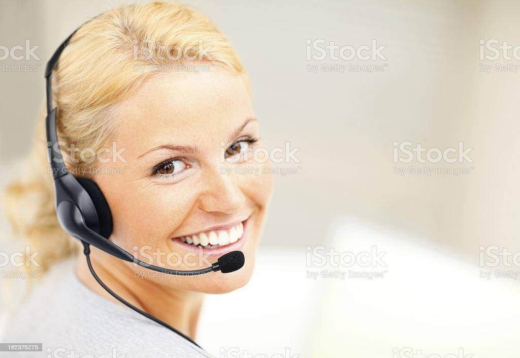 Porträt ein lächelnd call-center-Mitarbeiter Lizenzfreies stock-foto