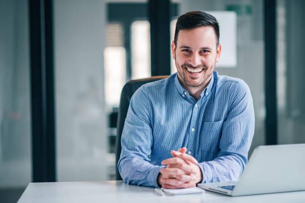 retrato de um empreendedor ou de um homem de negócios de sorriso na mesa de escritório. - business man - fotografias e filmes do acervo