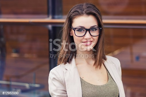 short haircuts for round faces and glasses fotograf 237 a de retrato de una mujer sonriente con el pelo 5070 | portrait of a smiling female with short hair eye glasses picture id812952030?s=170667a