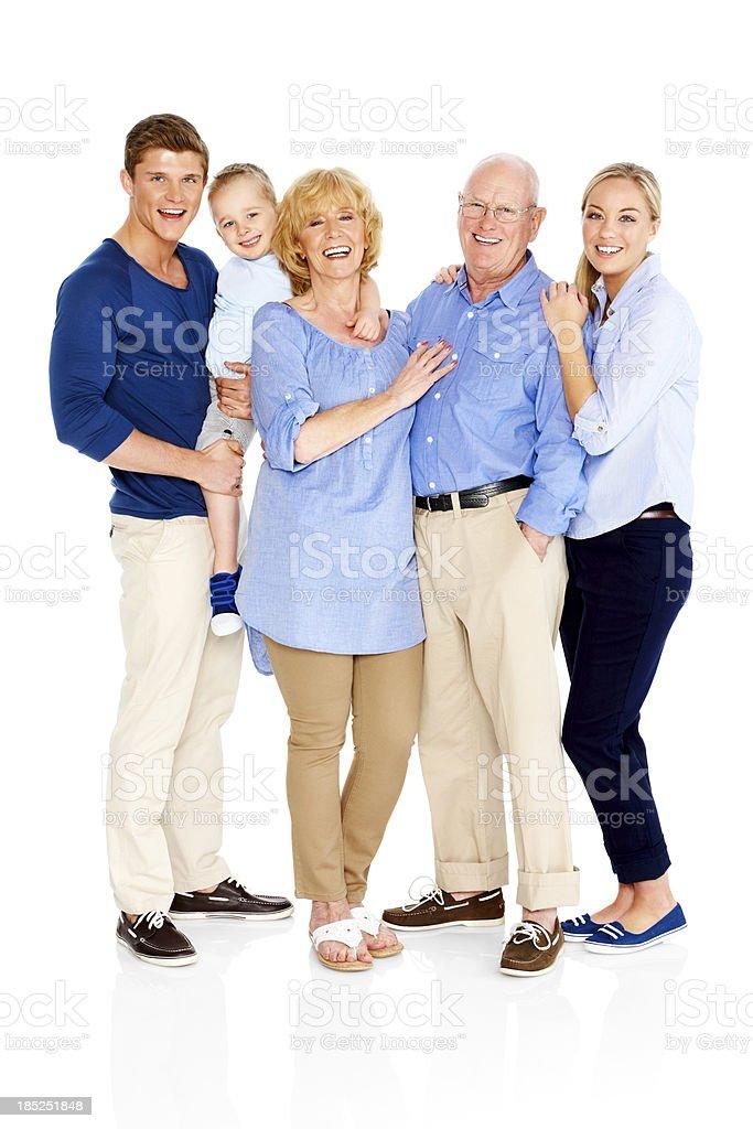 Retrato de una familia feliz sonriente de pie juntos - foto de stock