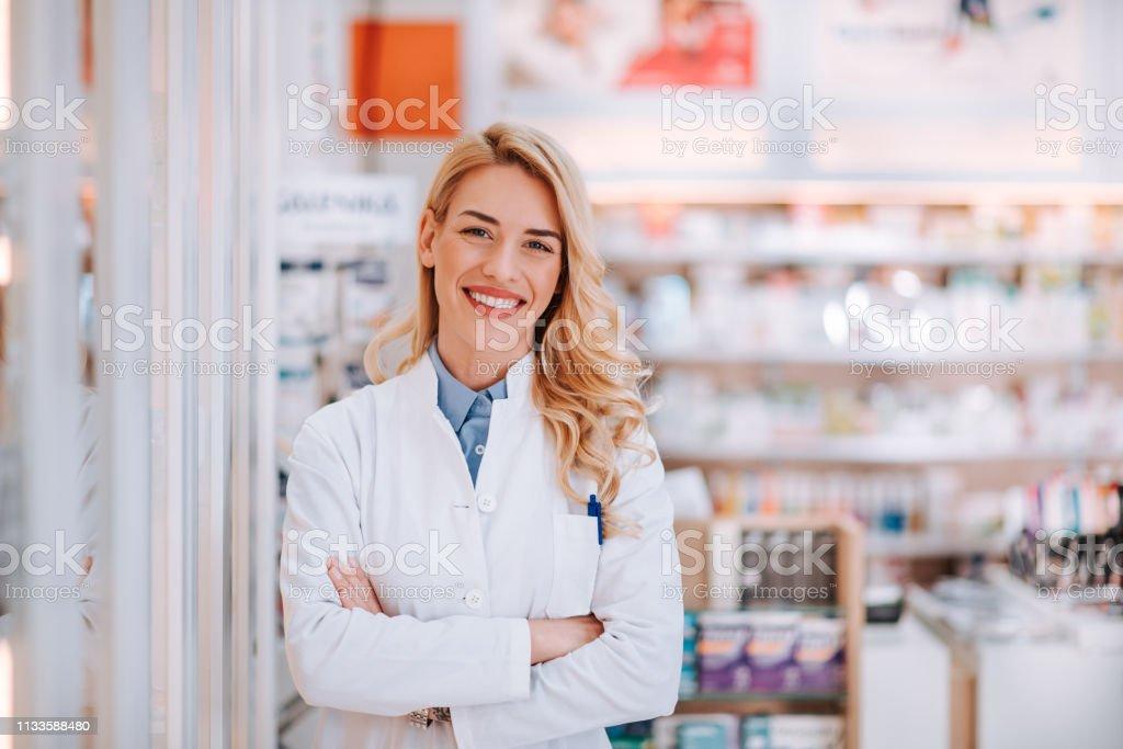 Porträt eines lächelnden Gesundheitsarbeiters in der modernen Apotheke. - Lizenzfrei Apotheke Stock-Foto