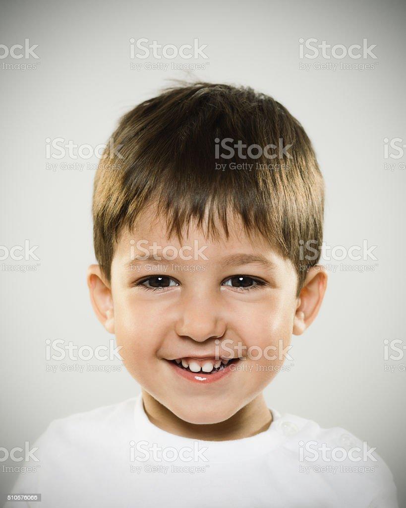 Ritratto Di Un Sorridente Bambino Che Guarda Macchina Fotografica ... b6826f9f716b