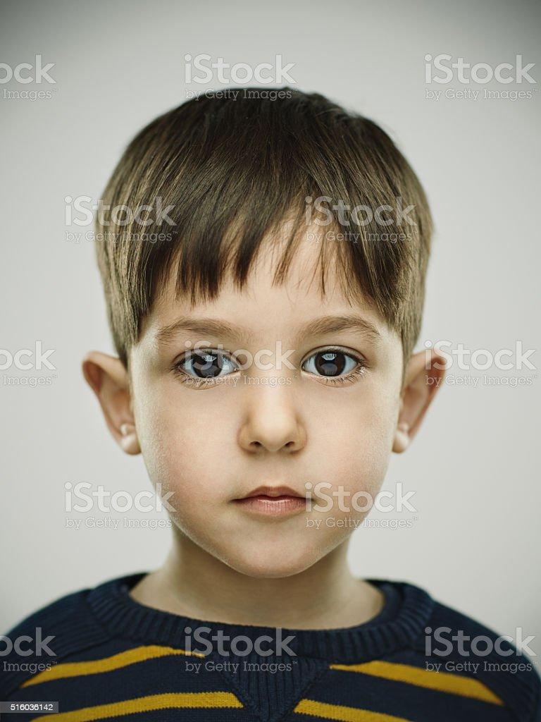 Ritratto di un sorridente bambino che guarda macchina fotografica. foto  stock royalty-free 646e6234903b