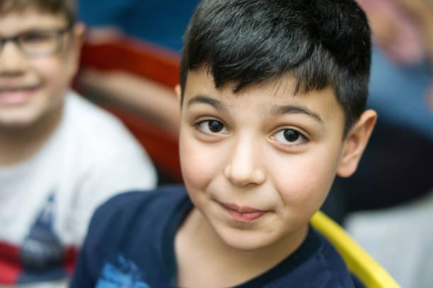 porträt eines lächelnden jungen blick in die kamera - kurze schwarze haare stock-fotos und bilder