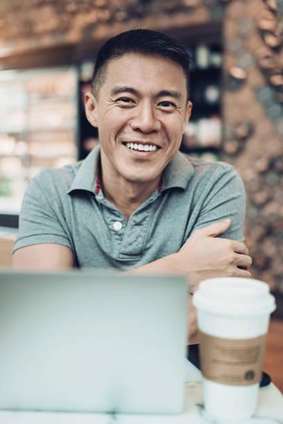 portret van een lachende middelbare leeftijd man - mid volwassen mannen stockfoto's en -beelden