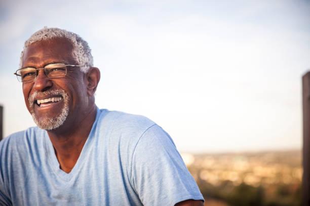 gülümseyen kıdemli siyah bir adam portresi - sadece yaşlı bir adam stok fotoğraflar ve resimler