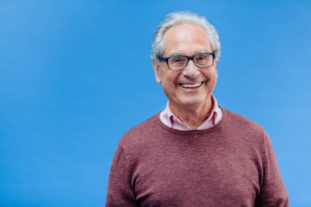porträt von einem lächelnden senior geschäftsmann - einzelner senior stock-fotos und bilder