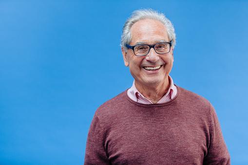 高級商務的男人微笑著的肖像 照片檔及更多 60多歲 照片