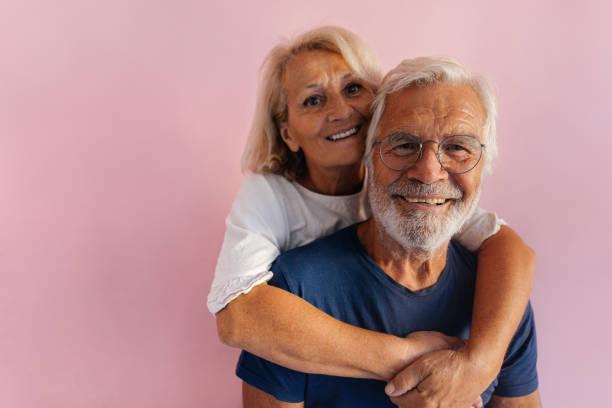 Porträt eines lächelnden Seniorenpaares – Foto