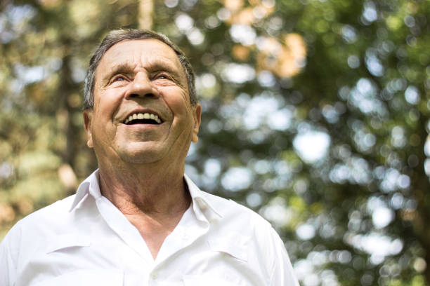 retrato de um homem sênior de sorriso na natureza - old man - fotografias e filmes do acervo