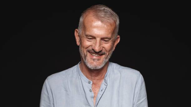 portrait of a smiling senior man - guardare verso il basso foto e immagini stock