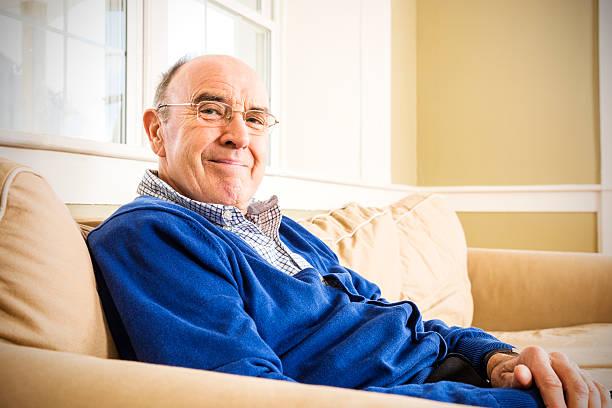 porträt eines lächelnden senior mann - seniorenwohnungen stock-fotos und bilder