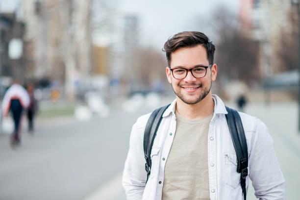 도시의 거리에서 웃는 학생의 초상화입니다. - 백인종 뉴스 사진 이미지